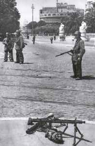 German partatroopers guarding the entrance to the Castel Sant Angelo