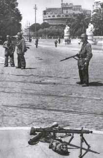 German partatroopers guarding the entrance to the Castel Sant'Angelo