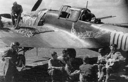 Preparing an Il-2M3 Stormovik on a landing ground