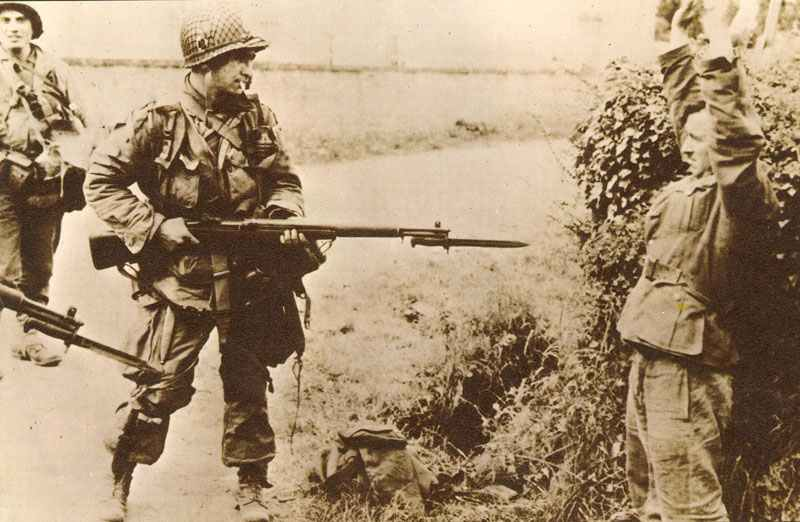 US paratrooper captures a German soldier
