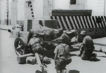 German paratroopers with a 7.5-cm PaK 40