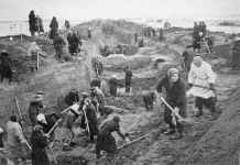 Inhabitants of Moscow dig anti-tank ditches.