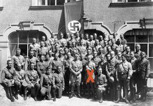 440px-Bundesarchiv_Bild_146-1972-061-28,_Adolf_Hitler_mit_1._Lehrgang_RFS