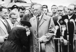 Bundesarchiv_B_145_Bild-107546,_Köln-Bonn,_Adenauer,_Mutter_eines_Kriegsgefangenen