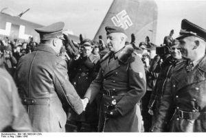 Hitler begrüßt Generalfeldmarschall von Manstein auf einem Feldflugplatz im Osten 1943 [freigegeben am 18.3.1943]