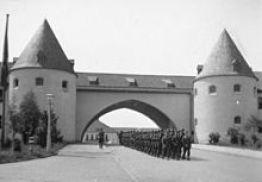 220px-Bundesarchiv_Bild_101III-Toelz-5228-08,_Bad_Tölz,_SS-Junkerschule