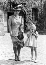 220px-Bundesarchiv_Bild_101III-Alber-090-14A,_Marga_Himmler_mit_Tochter