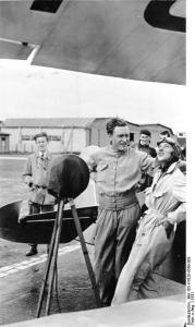 ADN-Zentralbild-Archiv Die Kunstflugmeisterschaften 1931 in Berlin-Tempelhof. UBz: Gerhard Fieseler und Vera von Bissing beobachten den Flug ihrer Kollegin Liesl Bach. 29145-31