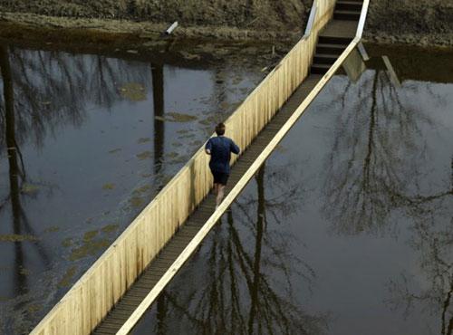 Странен подводен мост