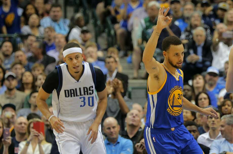 Stephen Curry celebrates a basket as his brother, Seth, watches. Stephen finished with 17 points to Seth's 10. Photo: Rodger Mallison, TNS