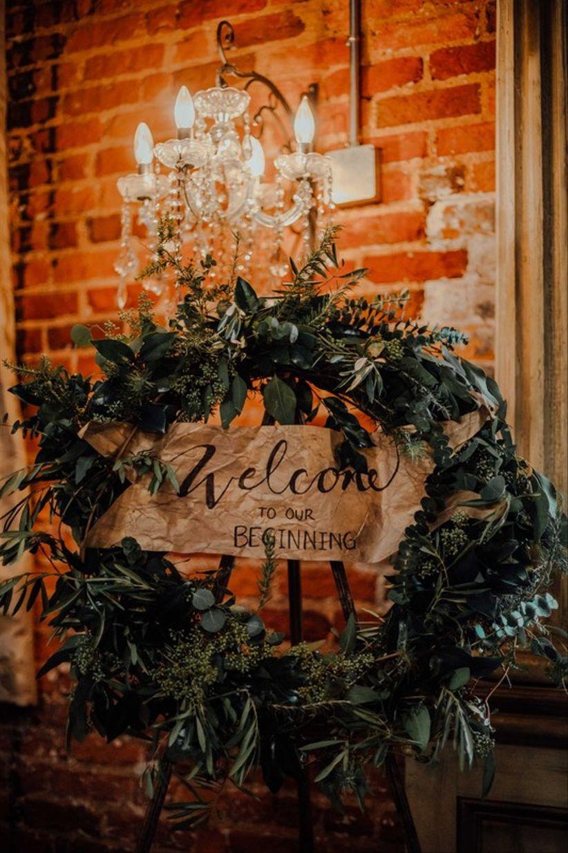современный свадебный приветственный знак, украшенный зеленым венком