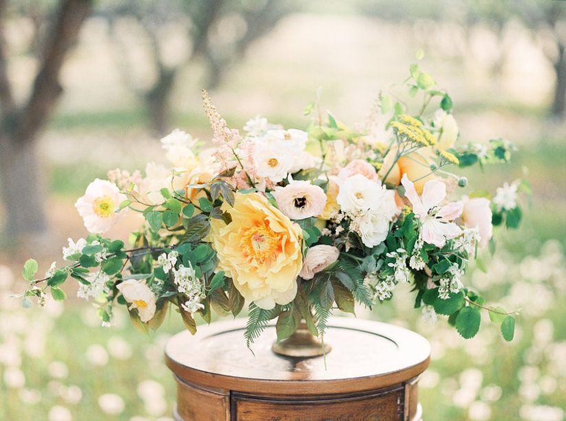 романтичный рыжий центральный цвет с гигантским желтым пионом + белые цветы + зелень