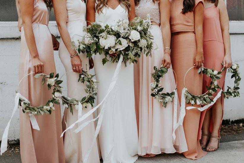 альтернативная идея букета для современной свадьбы boho + bridesmaids, держащая венки