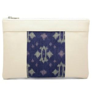 Le sac qui apporte la fraicheur du printemps et qui fait pochette, 100% vegan en Blanc Crème et Bleu Fleuri, fabriqué en France pour l'empowerment des femmes.