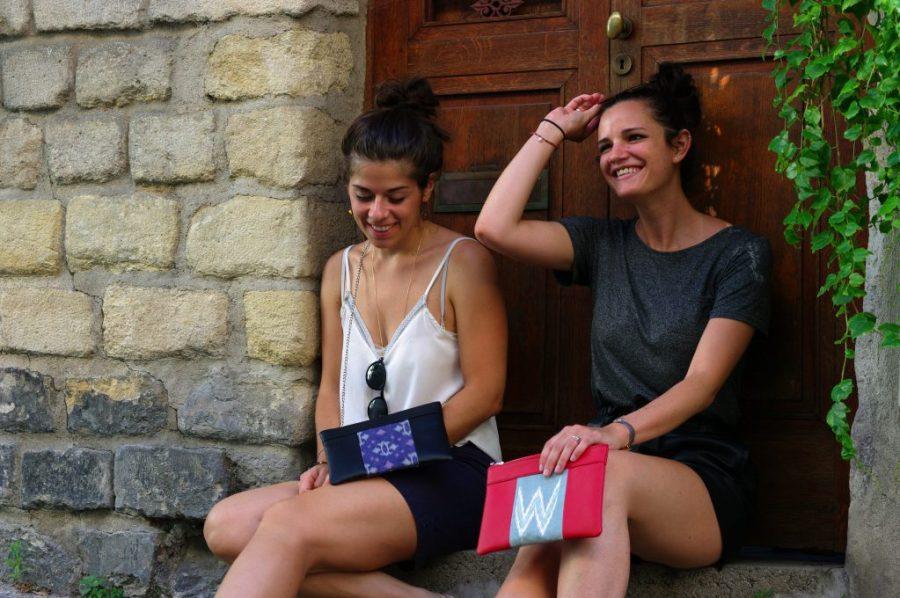 Idée de look avec le sac qui fait pochette, 100% vegan en Rouge et Gris Rizière et Noir& Bleu Fleuri, fabriqué en France pour l'empowerment des femmes.