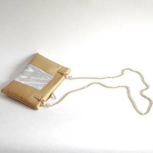 Le sac qui apporte la fraicheur du printemps et qui fait pochette, 100% vegan en Doré et Gris Montagnes, fabriqué en France pour l'empowerment des femmes.