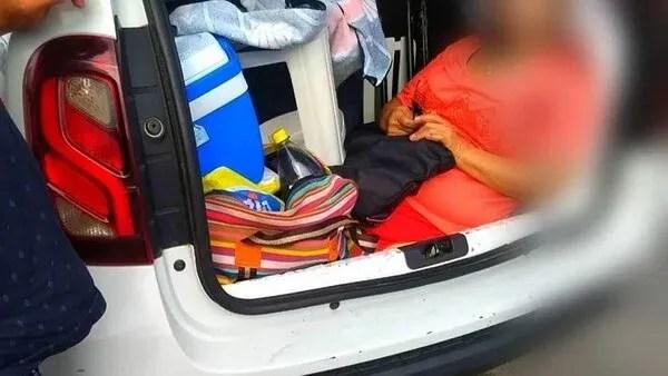 La suegra del conductor iba sentada en el baúl del auto