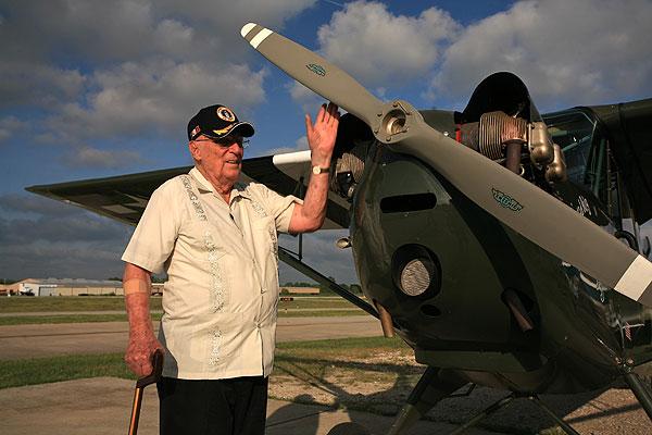 El veterano de la Segunda Guerra Mundial, Dan Illerich, el único superviviente de los aviadores caídos en manos de la tribu Dayak en Borneo.