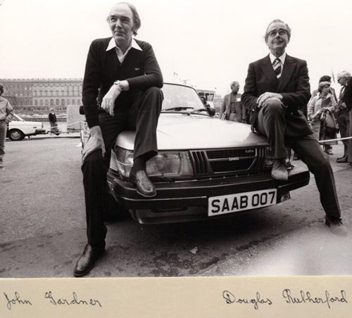 John Gardner till vänster och författarkollegan Douglas Rutherford   SAAB 900 Turbo 1981 James Bond Silver Beast Specification.j