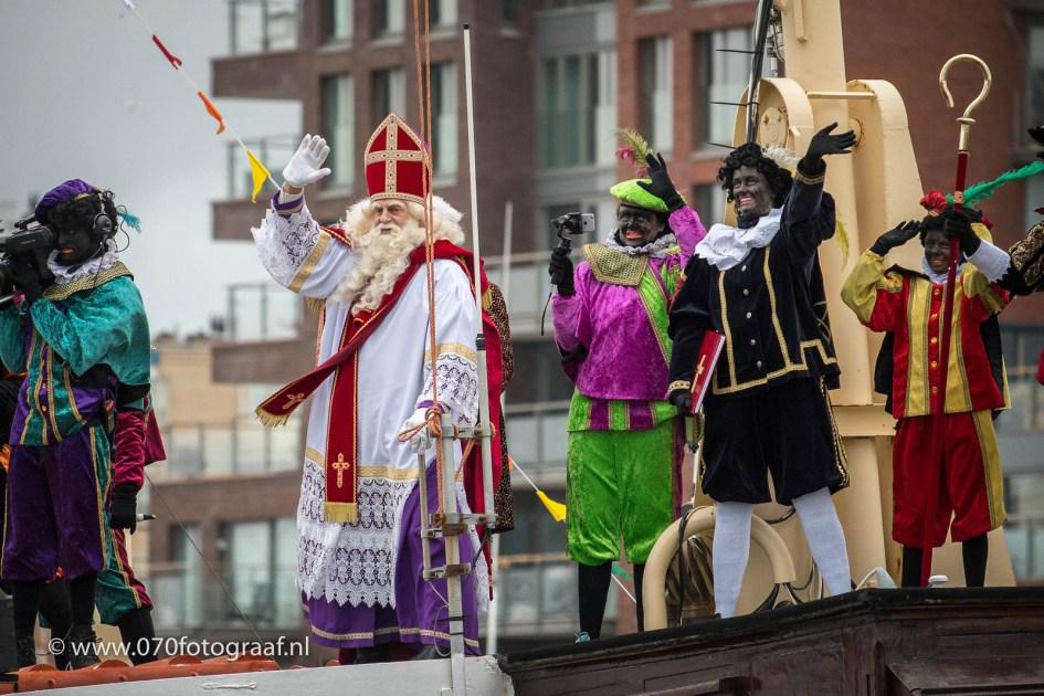 Sinterklaas komt de haven van Scheveningen binnen op de pakjesboot.