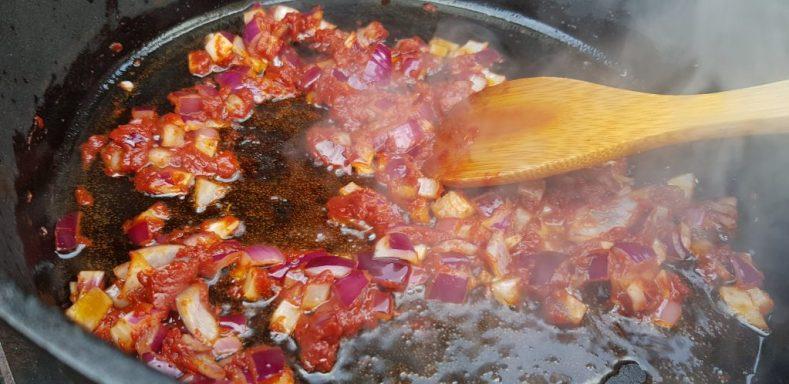 Zwiebeln & Tomatenmark dünsten