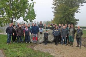 Knapp 30 Helfer waren am Samstag im Einsatz, um einen Fußpfad rund ums Grünloch bei Allmannsweier zu schaffen. © Thorsten Mühl