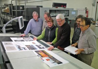Begutachteten den Jubiläumsbildband (von links): Bernd Dinner, Manfred Nierlin, Ria Bühler, Werner Krenkel, Thomas Baumann und Helmut Schäfer. © Thorsten Mühl