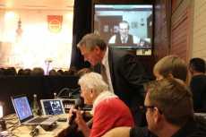 Josef Gruseck interviewt Hans-Martin Dick (auf Leinwand) per Skype. Am Mikro: Erika Dick Foto: J. Lehmann