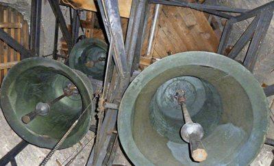 Rechts über die größte Glocke soll die neue, dann kleinste Glocke, kommen. Foto:© Kirchengemeinde