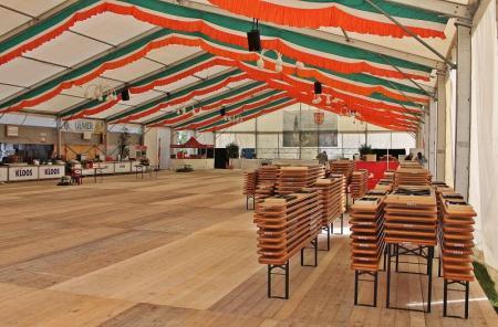 Kehraus nach der Jubel-Sause: Im 1500 Besucher fassenden Festzelt wurden die Tische und Sitzbänke zusammengepackt. Foto: © Thorsten Mühl