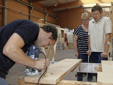 Blick über die Schulter bei der Firma Holzbau Kirsten Foto: Heidi Foessel