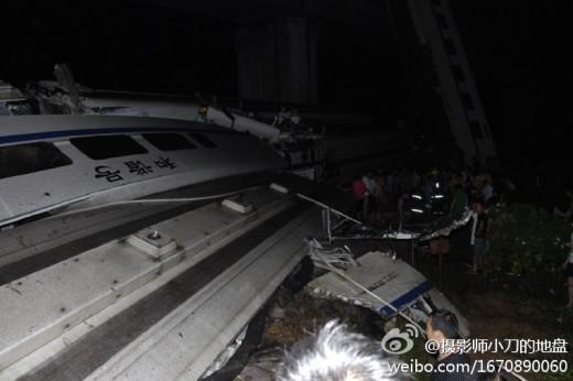 中国の高速鉄道D3115脱線、川へ転落