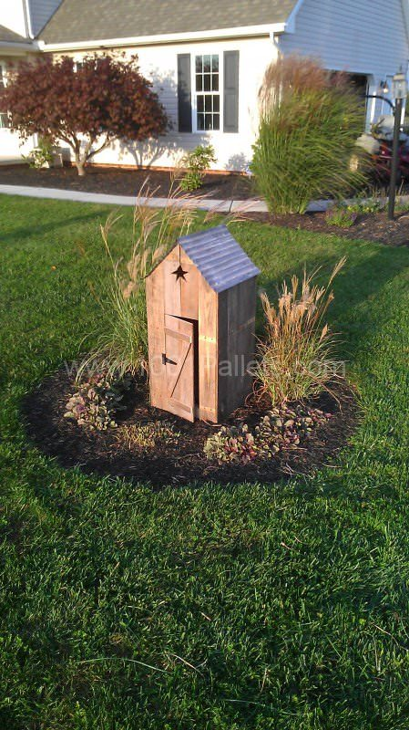 Mini Outhouses Made With Repurposed Pallets 1001 Pallets