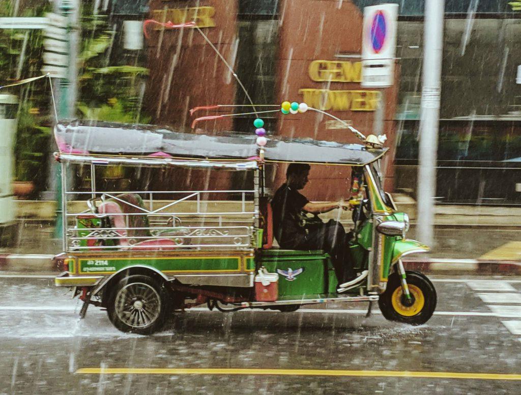 Тайский тук-тук. можно увидеть в Бангкоке и многих городах