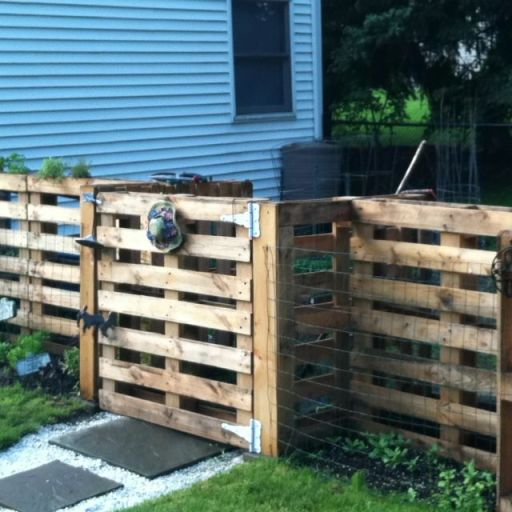 Pallet fence with gate