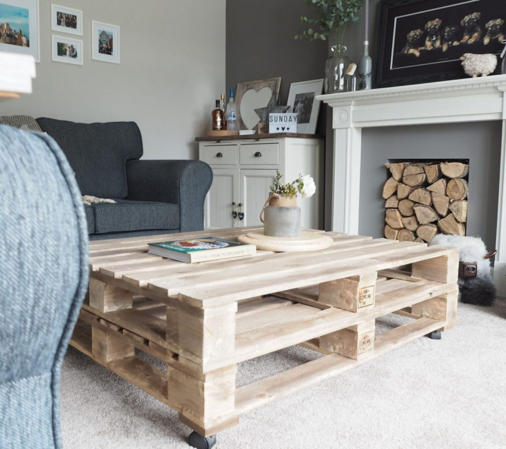 Design table ideas with small wheels made of wooden pallets