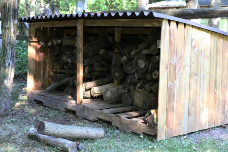 Outdoor Pallet Firewood Storage Shed