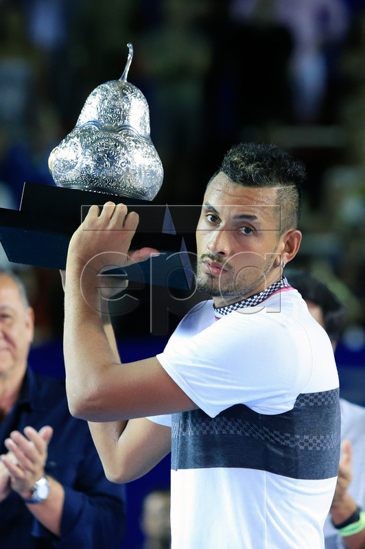 Australian tennis player Nick Kyrgios celebrates with the trophy after winning the men's final of the Mexican Tennis Open in Acapulco, Mexico, 02 March 2019.  EPA-EFE/DAVID GUZMAN CORIRGE NACIONALIDAD DE ZVEREV