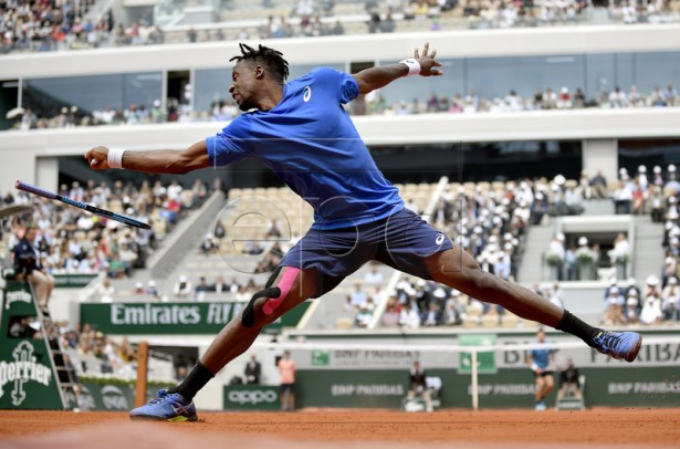 Gael Monfils of France plays Dominic Thiem of Austria during their men?s round of 16 match during the French Open tennis tournament at Roland Garros in Paris, France, 03 June 2019. EPA-EFE/JULIEN DE ROSA
