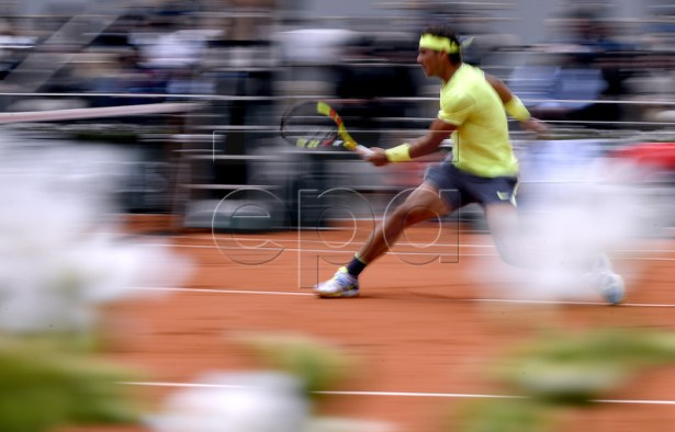 Rafael Nadal of Spain plays Roger Federer of Switzerland during their men?s semi final match during the French Open tennis tournament at Roland Garros in Paris, France, 07 June 2019. EPA-EFE/JULIEN DE ROSA