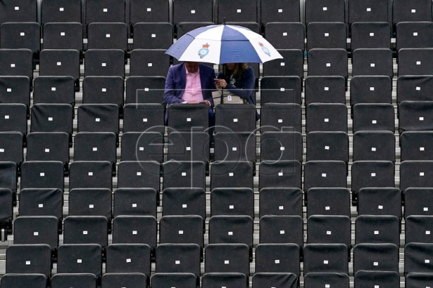 Spectators protect themselves from the rain during the second day of the Fever Tree Championships at Queen's Club in London, Britain, 18 June 2019. EPA-EFE/WILL OLIVER