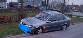 Auto rijdt dwars over rotonde in Deventer, bestuurder spoorloos