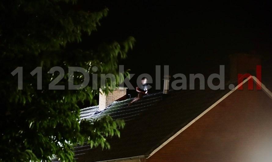 Video: Verwarde man op dak van woning in Denekamp; Arrestatieteam ingezet