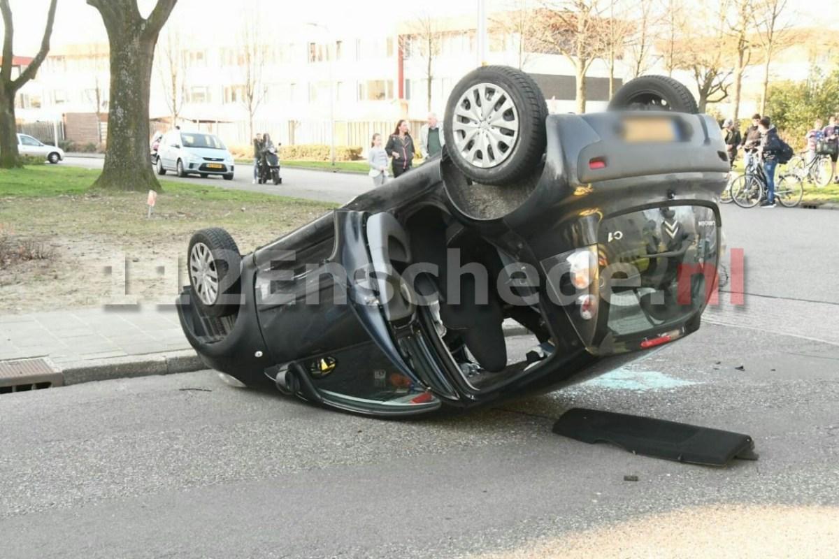 VIDEO: Auto op de kop in Enschede: vrouw en kind gewond naar het ziekenhuis