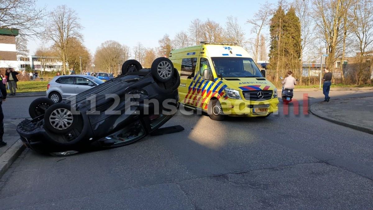Auto op de kop in Enschede: vrouw en kind gewond naar het ziekenhuis