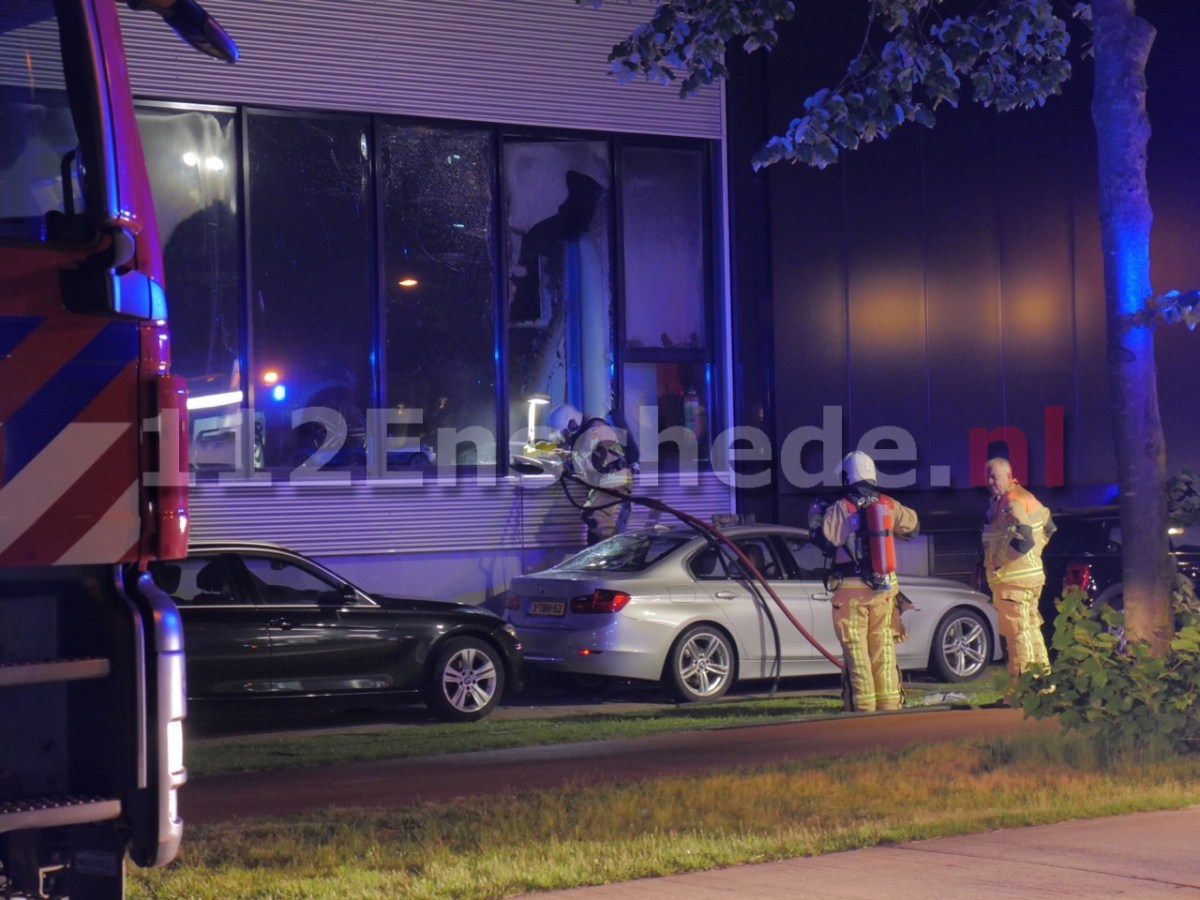 Video: Meerdere auto's in brand in showroom bij BMW dealer in Enschede