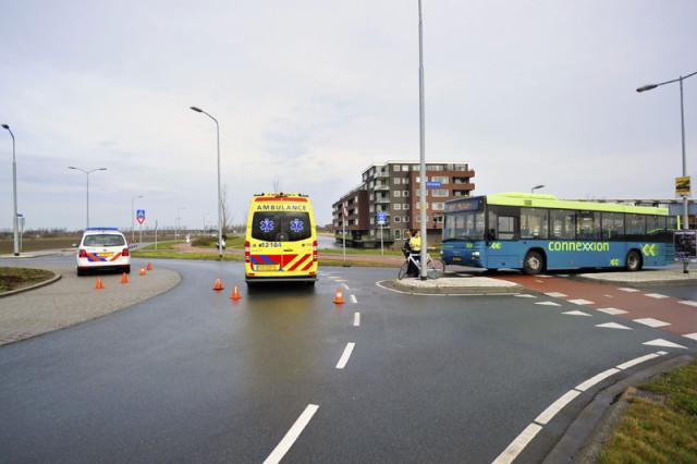 Hoofddorp: Wielrenner gewond na ongeval op rotonde
