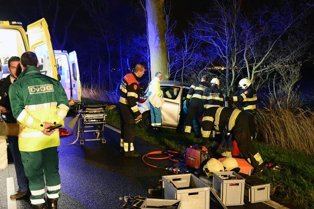 Boesingheliede: Auto botst op boom, twee gewonden