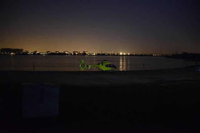 Hoofddorp: Traumahelikopter landt naast de Toolenburgerplas