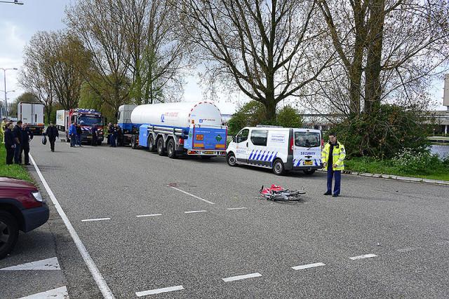 Aalsmeer: Fietsster zwaar gewond na aanrijding met vrachtwagen